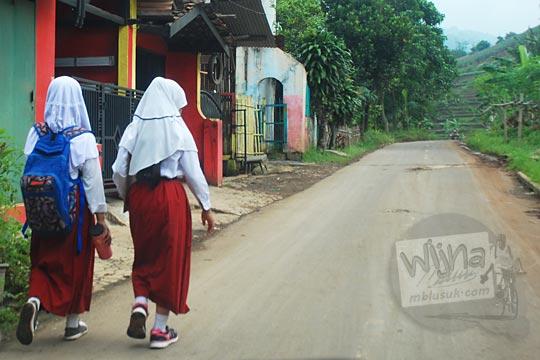 anak sd perempuan berjilbab jalan kaki desa cicalengka