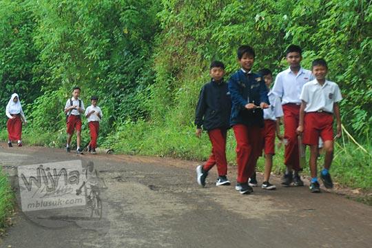 anak sd jalan kaki rombongan desa cicalengka