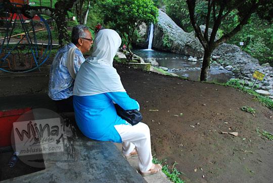 foto bapak ibu duduk baturaden banyumas