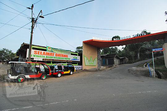 gapura masuk kawasan objek wisata nglinggo tritis di kulon progo yogyakarta
