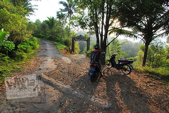 pertigaan gapura dusun benowo di kecamatan bener purworejo
