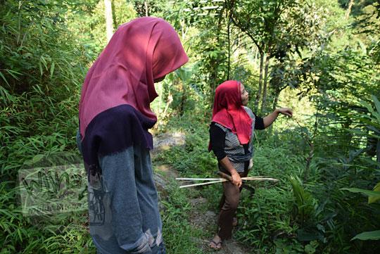 berbincang-bincang dengan seorang ibu warga dusun kali lor purworejo di dalam hutan