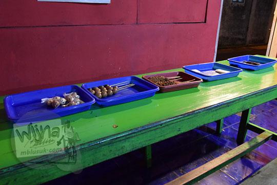 wadah plastik warna-warni berisi beraneka macam camilan di warung ronde mak pari kota salatiga pada zaman dulu april 2018