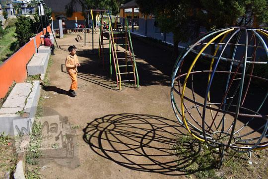 wahana permainan besi di halaman sd negeri desa sembungan wonosobo pada zaman dulu Agustus 2016