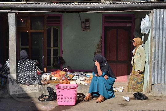 suasana pasar tumpah pagi yang digelar ibu-ibu di teras depan rumah desa sembungan kejajar wonosobo pada zaman dulu Agustus 2016