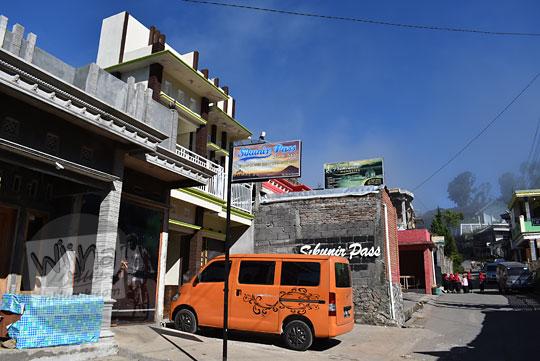 deretan penginapan homestay murah bebas bawa cowok-cewek di sepanjang jalan utama desa sembungan kejajar wonosobo pada zaman dulu Agustus 2016