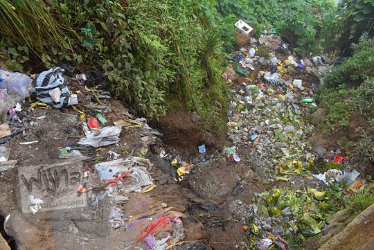 tumpukan sampah dibuang sembarangan di sudut desa sembungan kejajar wonosobo pada zaman dulu Agustus 2016