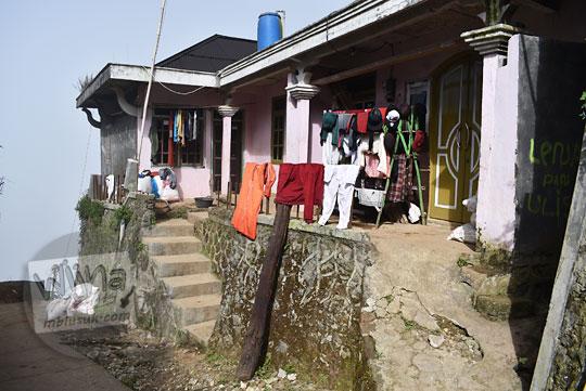 pakaian dijemur depan rumah desa sembungan kejajar wonosobo pada zaman dulu Agustus 2016