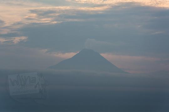 foto gunung merapi dilihat dari pos mati di desa giritengah borobudur magelang pada maret 2018