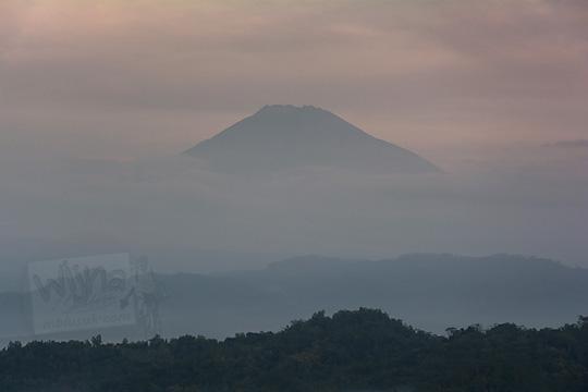 foto gunung sumbing dilihat dari pos mati di desa giritengah borobudur magelang pada maret 2018