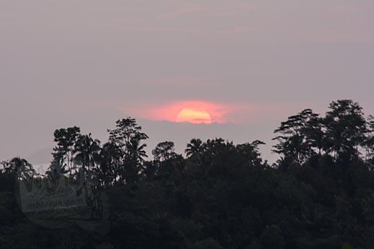 foto momen matahari terbit dari pos mati di desa giritengah magelang pada maret 2018