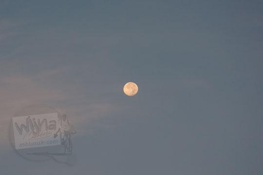 foto bulan purnama bulat di langit dari pos mati di desa giritengah borobudur pada maret 2018