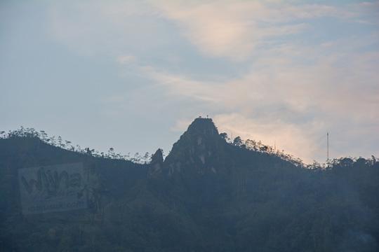 foto puncak suroloyo dilihat dari pos mati di desa giritengah borobudur magelang pada maret 2018