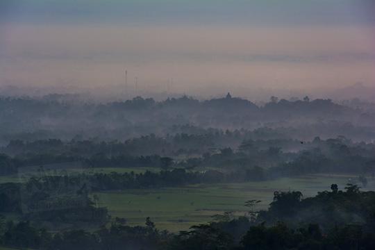 foto sawah dan candi borobudur tertutup kabut dilihat dari pos mati di desa giritengah borobudur magelang pada maret 2018