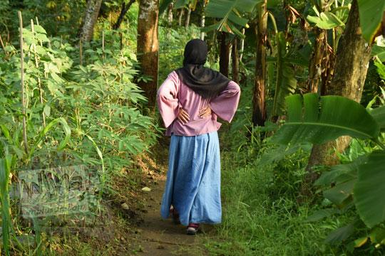 cewek memakai jilbab berjalan kaki masuk hutan ke punthuk sukmojoyo