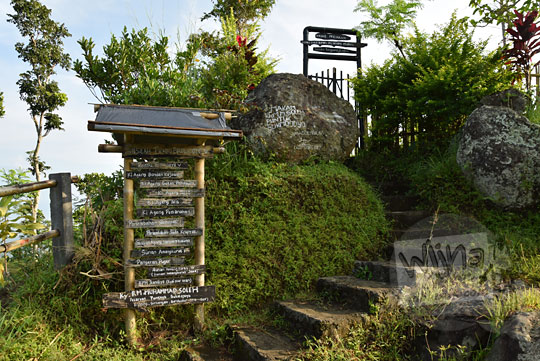 papan peringatan makam keramat angker di puncak punthuk sukmojoyo