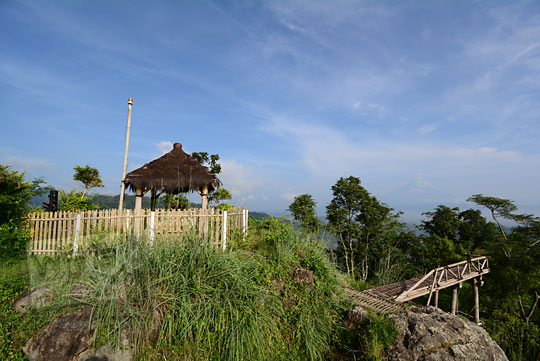 pemandangan sisi barat dari puncak punthuk sukmojoyo borobudur