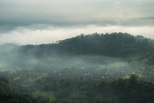 pemandangan pedesaan tertutup kabut dari punthuk sukmojoyo borobudur