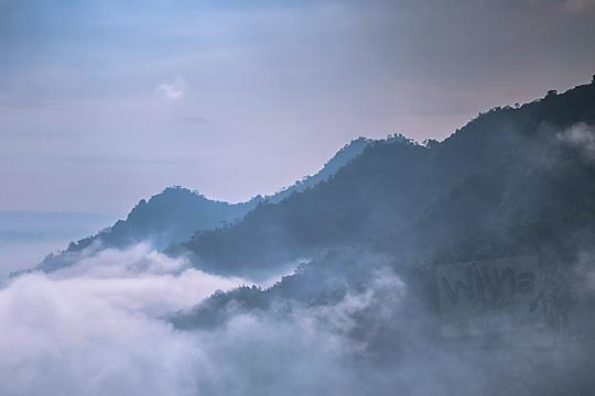 pemandangan bukit menoreh tertutup kabut dari punthuk sukmojoyo borobudur