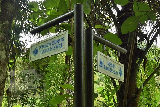 papan arah ke tempat wisata curug tamansari di desa kemejing loano purworejo