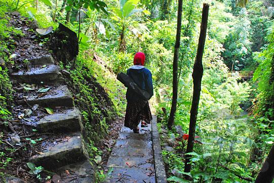 jalan setapak semen menuju ke curug tamansari di desa kemejing loano purworejo