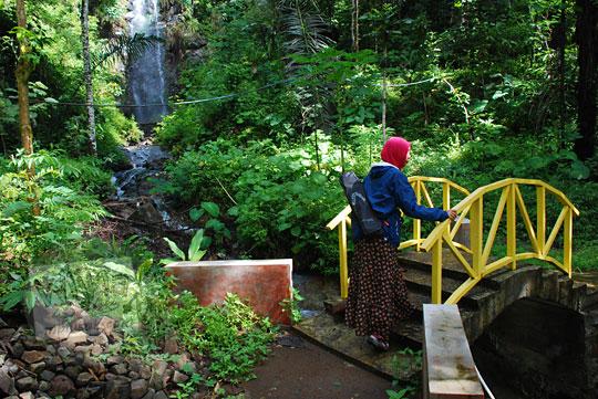 jembatan kuning di kawasan wisata curug tamansari kemejing loano purworejo
