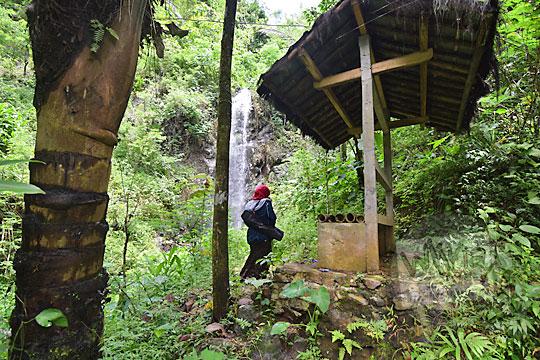 gubuk istirahat di kawasan wisata curug tamansari desa kemejing loano purworejo