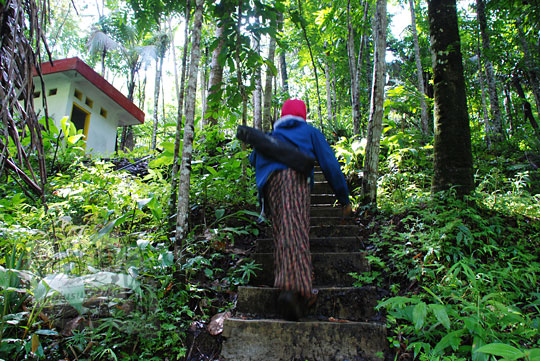 wanita sedang naik tangga di kawasan wisata curug tamansari desa kemejing loano purworejo
