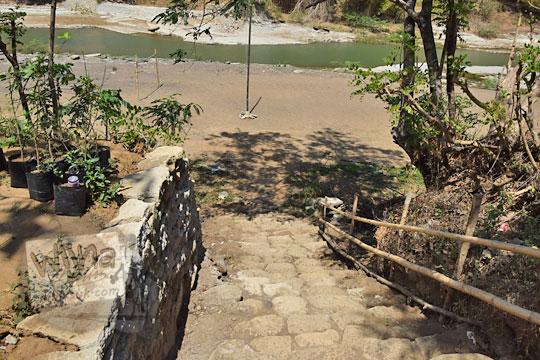 tangga turun ke pinggir sungai di warung bogowonto pangenrejo purworejo pada zaman dulu Agustus 2018