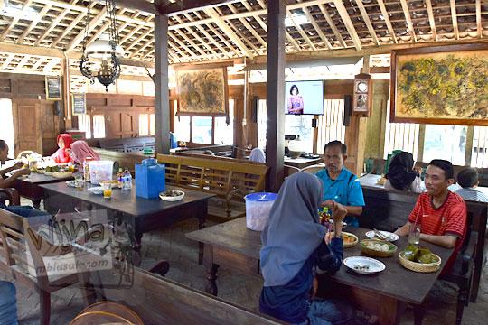 suasana bersantap di rumah joglo warung bogowonto pangenrejo purworejo pada zaman dulu Agustus 2018