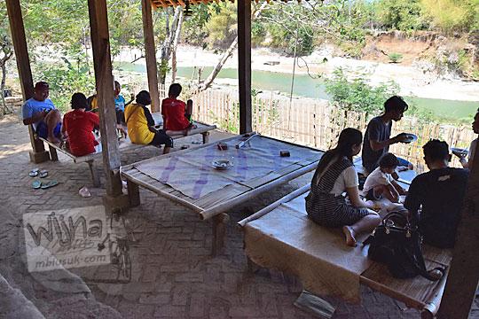 suasana bersantap lesehan di warung bogowonto pangenrejo purworejo pada zaman dulu Agustus 2018