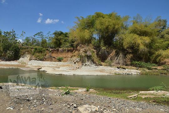 pemandangan indah jernihnya sungai bogowonto pada musim kemarau dipotret dari pinggir warung bogowonto pangenrejo purworejo pada zaman dulu