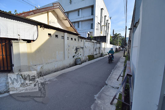 gang Indosat di seberang sisi selatan Jalan Slamet Riyadi arah ke lapak kaki lima Nasi Liwet Bu Sukini dekat Stasiun Purwosari Kota Solo Surakarta Jawa Tengah