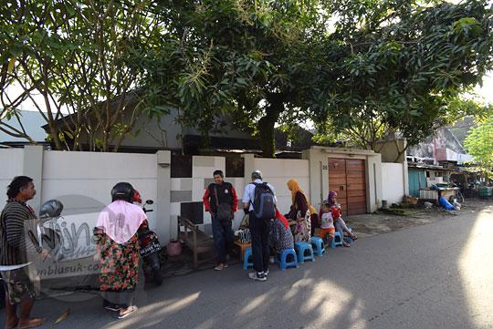 kerumunan pembeli lapak Nasi Liwet Bu Sukini dekat Stasiun Purwosari Sondakan Laweyan Kota Solo Surakarta Jawa Tengah