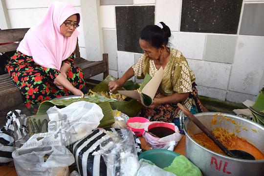 Profil Bu Sukini penjual nasi liwet kaki lima di dekat Stasiun Purwosari Sondakan Laweyan Kota Solo Surakarta Jawa Tengah