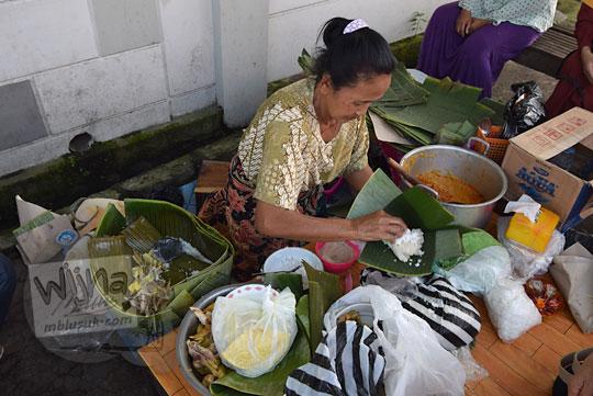ketan juruh enak yang dijual oleh bakul pedagang kaki lima pinggir jalan Nasi Liwet Bu Sukini dekat Stasiun Purwosari Sondakan Laweyan Kota Solo Surakarta Jawa Tengah