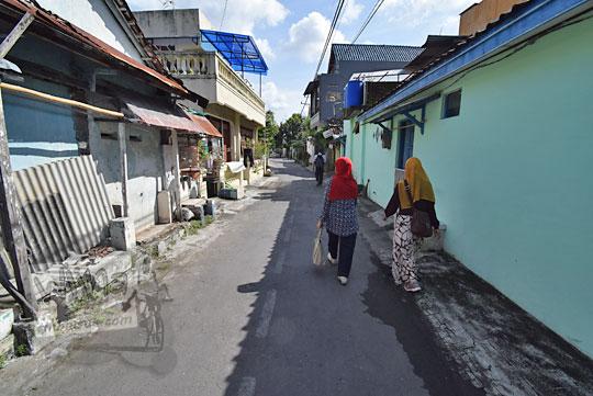 foto orang jalan kaki di gang teratai di kota solo