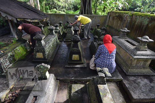 foto seorang ibu berziarah di makam keraton kartasura jawa tengah