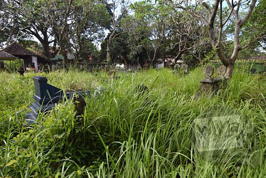 foto makam yang ditumbuhi banyak rumput liar di dekat makam keraton kartasura jawa tengah