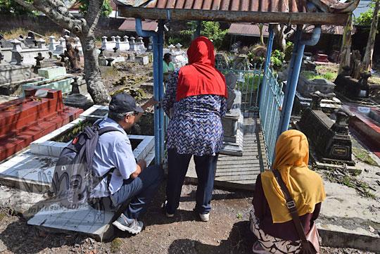foto orang berziarah di makam juru martani di kota solo
