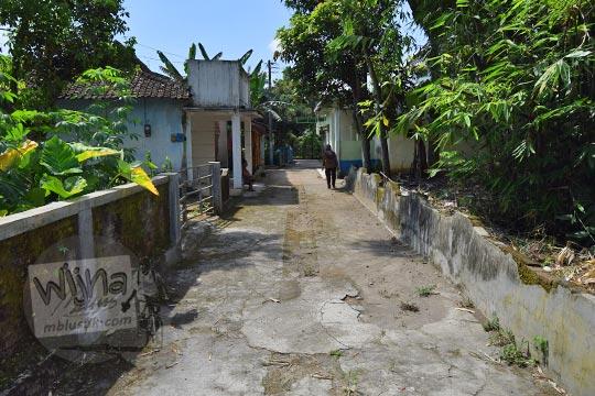 foto jalan masuk desa menuju ke makam keramat di dusun ceper klaten jawa tengah