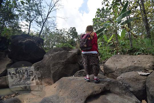 perempuan berdiri batu besar kali babon suruh semarang