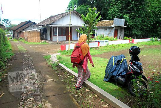 rumah sepi dengan halaman luas yang digunakan sebagai tempat parkir kendaraan pengunjung curug titang di nampirejo temanggung jawa tengah