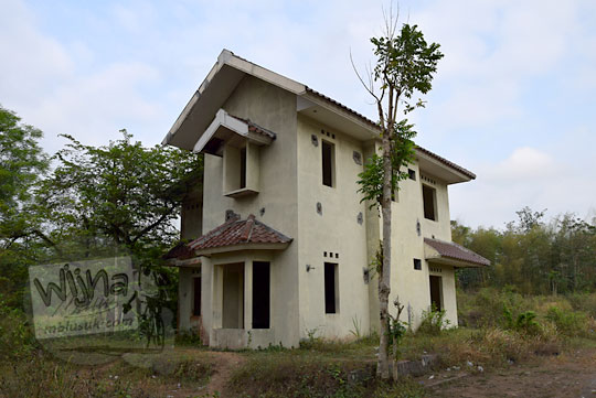 rumah yang terbengkalai di perumahan kusuma raffles jogja