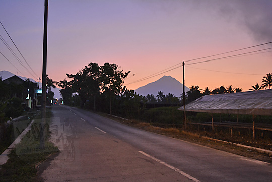 pemandangan pagi siluet gunung merapi dipotret dari depan kantor polsek kecamatan dukun magelang jawa tengah