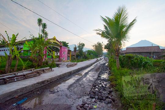 proyek betonisasi jalan desa mangunsuko di kecamatan dukun kabupaten magelang jawa tengah