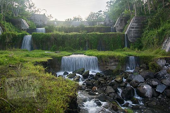 suasana di dasar lembah sungai merapi di bawah jembatan mangunsuko kecamatan dukun kabupaten magelang jawa tengah