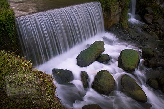 pesona cantik air terjun di lembah sungai merapi di bawah jembatan mangunsuko kecamatan dukun kabupaten magelang jawa tengah