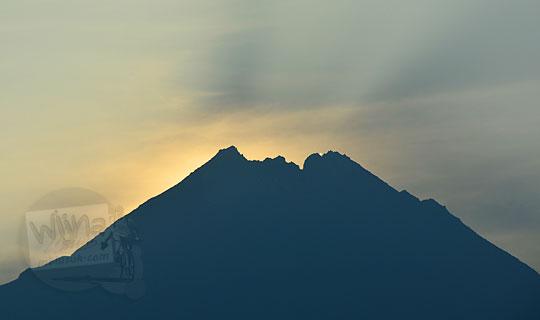 penampakan detik-detik matahari terbit dari puncak gunung merapi di kabupaten magelang jawa tengah