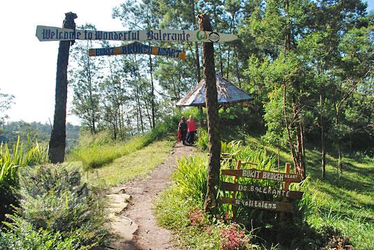 gapura masuk ke taman bukit broken heart di objek wisata kali talang balerante kemalang klaten jawa tengah pada zaman dulu april 2018